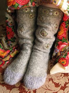 Create a cozy felted socks - Fair Masters - handmade, handmade Felted Wool Crafts, Felt Crafts, Felt Boots, Felted Slippers, Felting Tutorials, Fibre Textile, Sewing Art, Nuno Felting, Felt Art