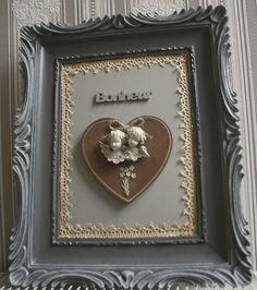 Charmant cadre ancien moulé patiné et agrémenté d'un médaillons coeur d'anges patine