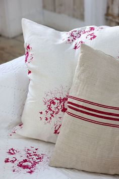 love this red and white Hatley cerise floral linen by cabbages and roses mixed with red stripe natural linen cushions. Click through for more details and to discover other beautiful faded floral linens you'll love Red Cottage, Cottage Chic, Cottage Style, Floral Fabric, Linen Fabric, Linen Bedding, Bed Linens, Floral Cushions, Lounge Cushions