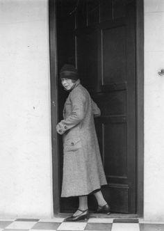 Alfonsina Storni saliendo de su casa, Buenos Aires (ca.1930)
