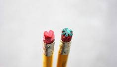 大切な人に贈るギフトや誕生日プレゼントには、素敵なラッピングが欠かせません。箱を包むとき、紙袋を作るときに使う100均の無地のラッピングペーパーをリメイクして、可愛いドット柄の包装紙を簡単DIYしましょう♪リボンをかければさらに可愛くなること間違いなし♡使うものはなんと、消しゴム付き鉛筆!?印刷よりも簡単もつくれる、オススメの方法をご紹介します♪