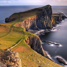 """Многие шедевры мировой литературы были написаны благодаря удивительным местам на нашей планете.Например  остров Скай в Шотландии вдохновил британскую писательницу Вирджинию Вульф на написание романа """"На маяк"""". #topdestinations#topdestinationslibrary#chilli_tour#chilli_tour_minsk by chilli_tour"""