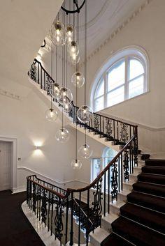 Lampes suspendues rond sphère soufflé escalier transparent