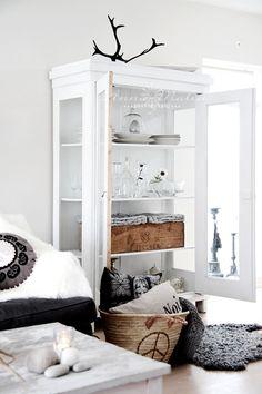 Livingroom, corbeille a coussins, placard vitré, Petitevanou