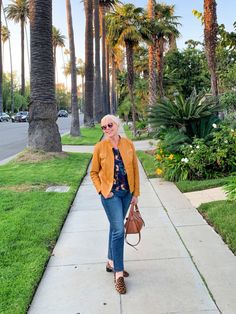 Adding Color To A Neutral Wardrobe - une femme d'un certain âge Denim Fashion, Fashion Outfits, Womens Fashion, Simple Outfits, Summer Outfits, Fall Outfits, Nerd Chic, White Jeans Outfit, Gamine Style