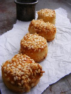szeretetrehangoltan: Szezámmagos omlós pogácsa Doughnut, Muffin, About Me Blog, Bread, Breakfast, Food, Drink, Morning Coffee, Beverage
