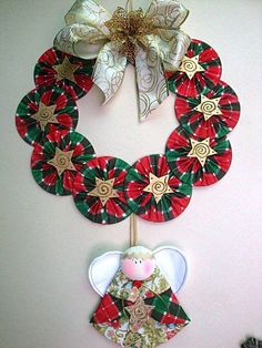 Mira como hacer coronas navideñas de CDs paso a paso con vídeo. Christmas Sewing, Felt Christmas, Christmas Projects, Christmas Wreaths, Christmas Decorations, Christmas Ornaments, Holiday Decor, Cd Diy, Cd Crafts