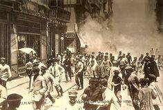 1909 Traca en la desaparecida Plaza Cajeros, a la izquierda la tienda de lencería y ropa blanca de Miguel Herraez, junto a ella en el n...