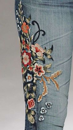Diverse Jeans Decor from Embroidery, Painting and Lace, фото № 11 Embroidered Mom Jeans, Embellished Jeans, Embroidered Clothes, Hippie Look, Denim Fashion, Boho Fashion, Bordado Floral, Diy Vetement, Mode Jeans