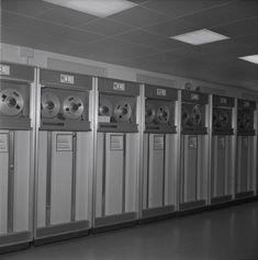 #WissenSieMehr über diese Reportage aus dem CERN in Genf (1964)? Kennen Sie eines der Geräte, Arbeitsprozesse oder Menschen, die auf den Fotos zu sehen sind? #MehrWissen #Blog #CERN #Switzerland Reportage, Washing Machine, Lockers, Locker Storage, Home Appliances, Blog, Home Decor, Photos, Geneva