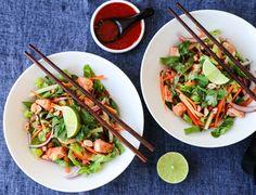 Asiatisk kyllingsalat med spicy chilisaus Frisk, Chorizo, Japchae, Bacon, Lunch, Tableware, Ethnic Recipes, Kitchen, Food