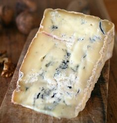 STRACHITUNT, contrary to what may seem marbled-looking, is not even remotely similar to Gorgonzola. Rather, it belongs to the family of stracchini, both in origin and tradition. Making Cheese, How To Make Cheese, Queso Cheese, Food Intolerance, Cheese Boards, Swiss Cheese, Charcuterie, Healthy Eating, Wine