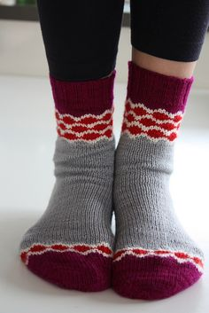 Pearl Chain Socks (adapted from Pearl Chain Mittens)