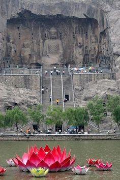 Las grutas de Longmen, China o las cuevas de Longmen contienen muchos objetos de budistas y están entre dos montañas. Hay 2.345 grutas y nichos, 2.800 inscripciones, 40 pagodas y cerca de 100.000 imágenes budistas que datan del período de la dinastía Wei del norte.