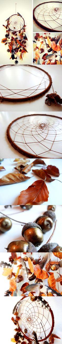 Herbstlicher Traumfänger mit Federn, Eicheln, Bucheckern und Herbstlaub. Die Anleitung findet ihr auf Lisibloggt!