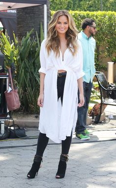 chrissy-teigen-on-the-set-of-extra-in-los-angeles