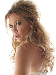 Peinado semi recogido glamuroso de Hilary Duff