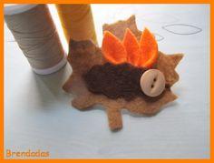 Broche con forma de hoja otoñal en colores marrón y naranja