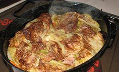 SASTOJCI 1 kg. mesa po želji (u ovom slučaju svinjski kotleti) nekoliko velikih krompira 1 velika kapula 2 veće mrkve 4 režnja češnjaka malo ulja 1 dl. bijelog vina i još soli, papra i vegete desetak listova svježeg bijelog kupusa PRIPREMA 1. Meso špikovati češnjakom, politi uljem i utrljati...