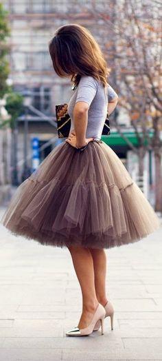 Street style | Grey top, tulle skirt, heels, clutch