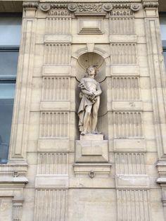 #Mercure criblé d'excréments de pigeons en facade du Palais du Louvre côté #EcLou et ateliers du #C2RMF