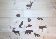 Ce style scandinave créatures des bois mobile est parfaitement équilibré et léger, ce qui lui permet de librement tourner et tourner, ajouter cheer à n'importe quelle pièce avec son mouvement constant et doux. Le mobile dispose des 10 silhouettes d'animaux (ours, wapiti, cerf, orignal,