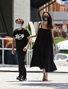 アンジェリーナ・ジョリーが、オフホワイト(OFF-WHITE)のマスクを着用してモードなブラックスタイルを披露している。