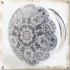 Hvit knott i porselen med vakkert blomstermønster - Nillas Andorra, Vanuatu, Grenada, Plates, Tableware, Vit, El Salvador, Granada, Licence Plates