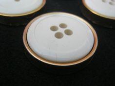 20 Stück Montageknöpfe,Mantelknöpfe 4 loch Weiß/Gold,Durchmesser ca.28 mm,Neu,Lübecker Knopfmanufaktur von Knopfshop auf Etsy