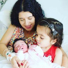 Isabela veio conhecer a irmã... tão linda delicada cuidadosa e carinhosa. Um amor #maternidade #mãededuas #mãedemenina #amordemae #mãecoruja