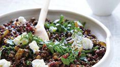 Spíše než přílohou je tahle dobrota samostatným jídlem. Green Lentils, Green Beans, Fresh Bay Leaves, Vegetable Stock, Grilled Meat, Roasted Vegetables, Recipe Of The Day, Risotto, Sausage