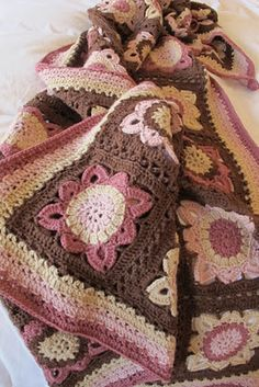 Autumn blanket with a tutorial for the border. The pattern is here www.garnstudio.co...