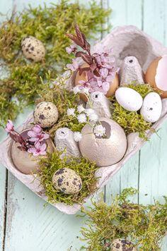 Vyrobte si originálnu jarnú dekoráciu z vajíčkových škrupiniek. Tieto mini vázičky upútajú pozornosť celej rodiny a isto zaujmú aj ako originálna dekorácia na vašom stole. Návod na jednoduchú veľkonočnú dekoráciu z vajíčok je super jednoduchý a rýchly. Na výrobu potrebujete iba vyfúknuté vajíčka, farby na dekupáž techniku a ideálne tupovací štetec. Minis, Miniatures