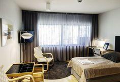 Alvar Aallon selkeälinjaiset huonekalut, vehreä ympäristö ja rauhallinen tunnelma takaavat hyvät yöunet Murikanrannan kokoustajille.