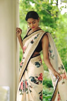 Saris are the most basic Indian wear outfit for women. Nowadays there are many ways to wear a saree. Here are 5 latest saree styles for women. Floral Print Sarees, Saree Floral, Printed Sarees, Indian Attire, Indian Wear, Indian Dresses, Indian Outfits, Indian Clothes, Saree Poses