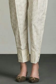 Forget the hideous skinny jeans---'loose' leaves more to the imagination. Trousers Women, Pants For Women, Clothes For Women, Salwar Designs, Blouse Designs, Kurtis With Pants, Salwar Pants, Patiala, Shalwar Kameez