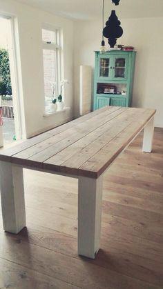 Tafels van sloophout en steigerhout op maat bij Studio Fien. Unieke meubels van diverse soorten hout en industriële materialen.