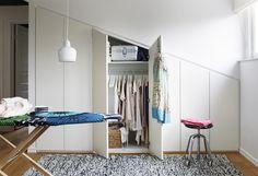 Inbyggda garderober vid snedtak (MariMekko ironing board cover)