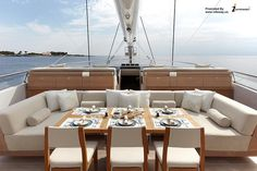 Luxury yacht interior. Colazione sul ponte.