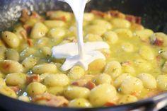 Creamy Pesto Gnocchi with Bacon & Parmesan. This creamy pesto alfredo sauce is incredible! Ravioli, Veggie Recipes, Cooking Recipes, Creamy Pesto, Basil Pesto, Gnocchi Recipes, Food Tent, Weird Food, Italian Pasta