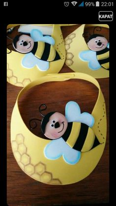 Make treat candy bags with this pattern got bee costume Viseira abelha de EVA Kids Crafts, Bee Crafts, Diy And Crafts, Arts And Crafts, Paper Crafts, Bee Theme, Bee Happy, Spring Crafts, Classroom Decor