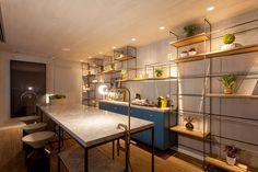 decoração, decoração de escritório, escritório, espaço comercial, luz natural, plantas na decoração, plantas, área comum, espaço para café, café.