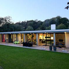 Modern living room by de kovel architecten modern 1 Story House, One Story Homes, Bungalow House Design, Modern House Design, Bungalows, Small Modern Home, Modern Living, Casa Loft, Flat Roof