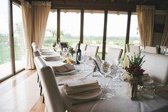 allestimento tavoli con centrotavola di peperoncini per il ricevimento nuziale