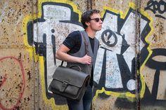 Urban Bozz mannentas: JIM. Vintage look college bag met een volwassen uitstraling. Sluit handig met 1 clip aan de voorzijde zodat je alles direct bij de hand hebt.