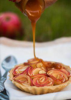 Tartelettes aux pommes façon bouquet de roses, au caramel au beurre salé. Pour la pâte : 150 g de farine - 70 g de beurre - 30 g de poudre de noisette - 50 g d'eau - 1/2 CC de sel fin - 1 CC de suce semoule (si vous voulez une pâte sucrée) + Pour le garni