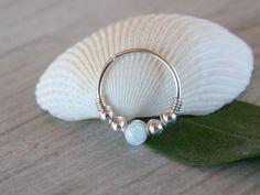 Este listado está para un hermoso piercing de plata 925 de cuentas. POSIBLES USOS: Ideal para la perforación de la concha. Puede utilizarse como aro del anillo o el cartílago del tabique.