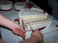 BEST tutorial for how to easily cut a wedding cake.  The Business of Weddings: How to Cut a Wedding Cake