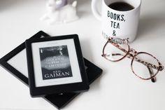 """E-reader Kobo Glo HD e Kobo H2O. Óculos de grau e caneca com a frase """"Books, tea & more books"""""""