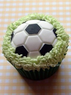 Husband and son would love these in equal measures! Soccer Cupcakes, Kid Cupcakes, Fondant Cupcakes, Decorate Cupcakes, Cupcake Art, Cupcake Cookies, Cupcake Ideas, Sports Themed Cakes, Football Cookies